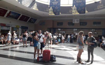რას წერენ რუსი ტურისტები და რა ხდება ბათუმის აეროპორტში